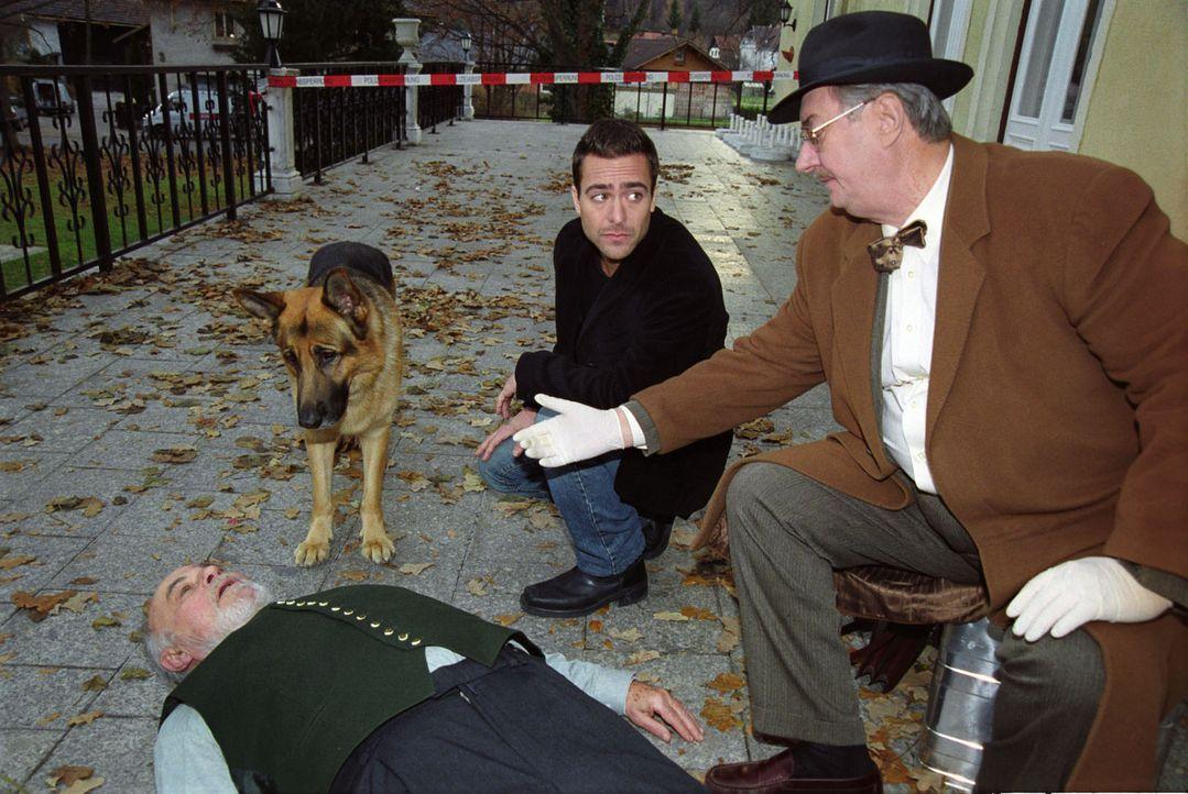 Marc (Alexander Pschill, M.), Dr. Graf (Gerhard Zemann, r.) und Rex treffen am Tatort ein. Bruno Walter (Heinrich Schweiger, l.) ist in einem Altenh... - Bildquelle: Sat.1