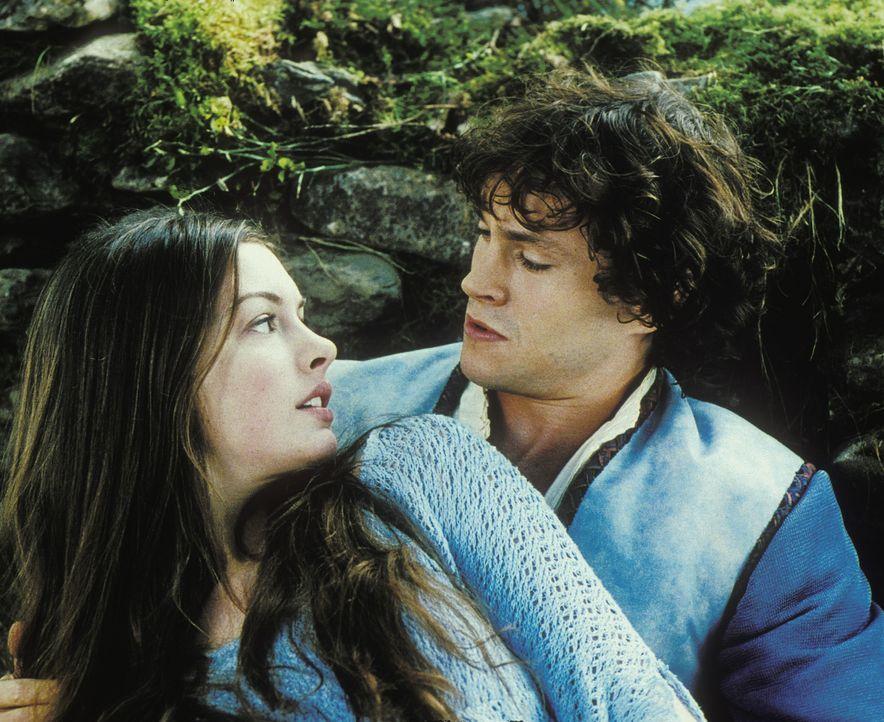 Ella (Anna Hathaway, 2.v.l.) macht sich auf die Suche nach der Fee, die den Zauber mit dem sie als Baby belegt wurde, wieder aufheben kann. Dabei le... - Bildquelle: Miramax Films. All rights reserved