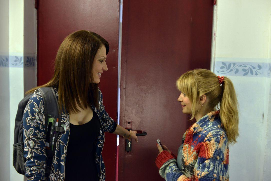 Theresa (Simone Hanselmann, l.) versucht Mila (Susan Sideropoulos, r.) zu überreden, eine Kolumne über Casual-Sex zu schreiben. Doch die junge Journ... - Bildquelle: Claudius Pflug SAT.1