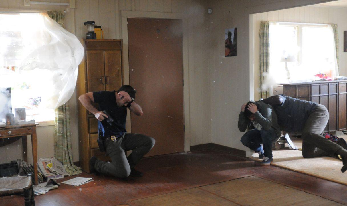 Bei den Ermittlungen um einen Computer-Hacker (Nick Jonas, M.) geraten Steve (Alex O'Loughlin, l.) und Lou Grover (Chi McBride, r.) in große Gefahr... - Bildquelle: 2013 CBS BROADCASTING INC. All Rights Reserved.