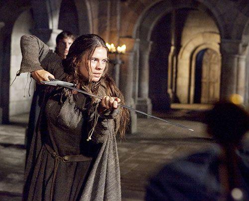 Aliena (Hayley Atwell) muss inzwischen feststellen, dass der Priester, der das letzte Gold ihres Vaters verwahren sollte, ein Dieb ist. Auch mit bla... - Bildquelle: Egon Endrenyi - Tandem Productions - Pillars Productions