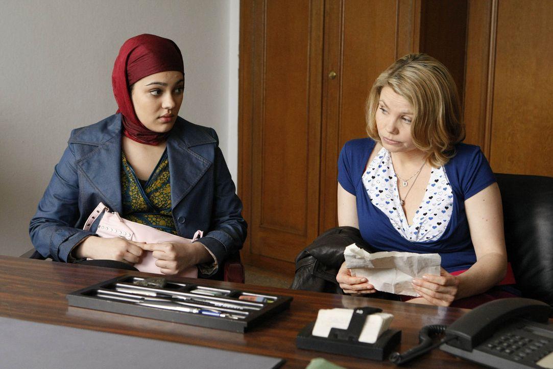 Ein heikler Fall: Die sechzehnjährige Türkin Zeynep (Nilam Farooq, l.) bittet Danni (Annette Frier, r.) um Hilfe, weil ihre Eltern sie in die Tür... - Bildquelle: SAT.1