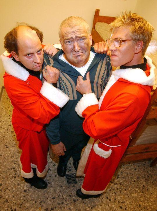 Markus Maria Profitlich (M.) kriegt zu Weihnachten Besuch! - Bildquelle: Willi Weber Sat.1