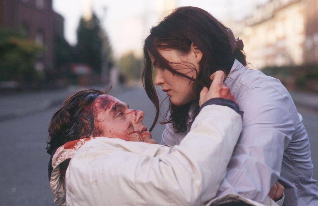 Georg (Dennis Schmidt-Foss, l.) stirbt in den Armen seiner schwangeren Frau Katrin (Katharina Wackernagel, r.). - Bildquelle: Sat.1