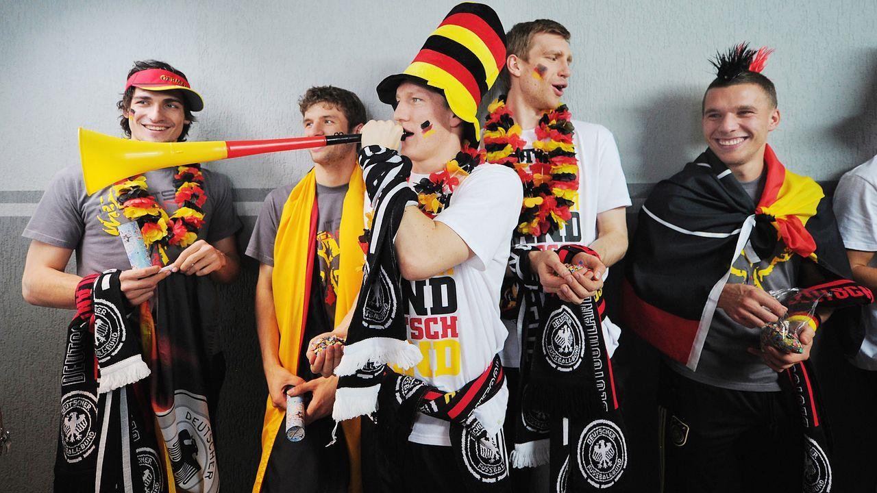 Hummels-Mueller-Schweinsteiger-Mertesacker-Podolski-werbedreh-mercedes-11-02-07-dpa - Bildquelle: dpa