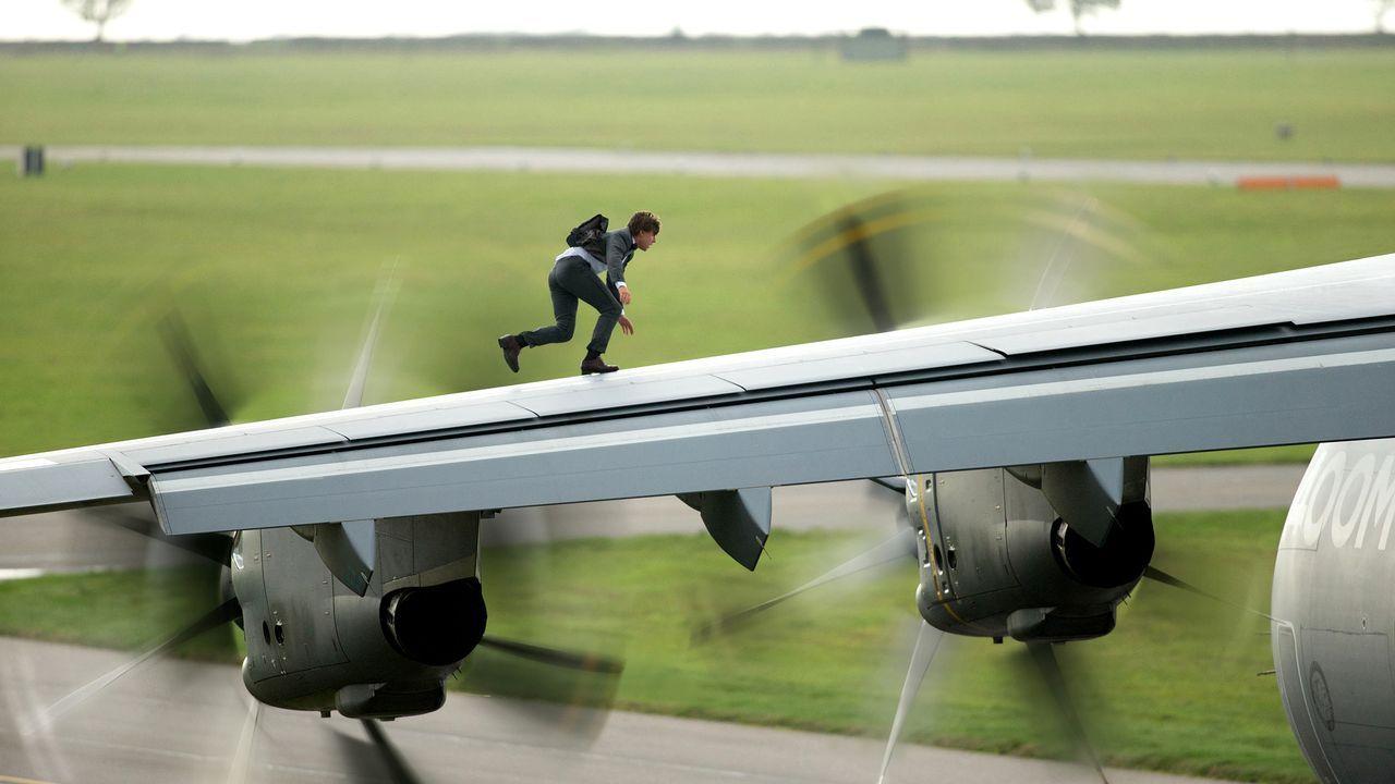 Ethan Hunt (Tom Cruise) riskiert sein Leben, damit Syndikat den USB-Stick mit den Zugriffsdaten für mehrere Bankkonten nicht in die Finger bekommt .... - Bildquelle: Christian Black 2015 PARAMOUNT PICTURES. ALL RIGHTS RESERVED. / Christian Black
