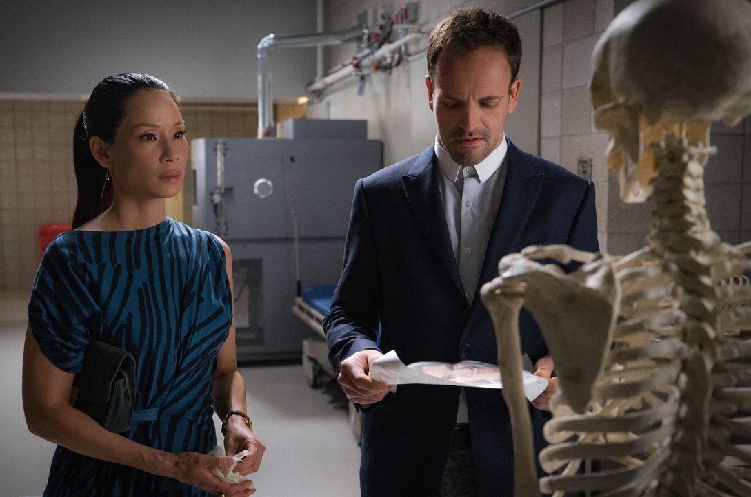 Holmes (Jonny Lee Miller, r.) und Watson (Lucy Liu, l.) bekommen es mit einer Toten zu tun, deren ungewöhnliches Privatleben zu zahlreichen Verdächt... - Bildquelle: Michael Parmelee 2015 CBS Broadcasting Inc. All Rights Reserved.
