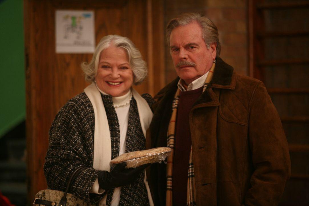 Mr. Wilson (Robert Wagner, r.) und seine Frau (Louise Fletcher, l.) geraten immer wieder mitten in den Brennpunkt von Dennis' chaotischen Aktivität...