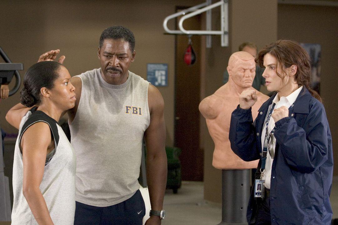 Das FBI will den größten PR-Coup in seiner Geschichte optimal nutzen und schiebt sein neues Aushängeschild Gracie Hart (Sandra Bullock, r.) ständig... - Bildquelle: Warner Bros. Television