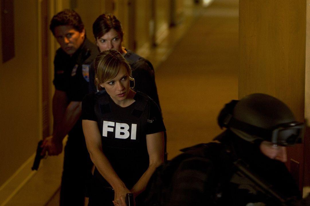 Alex (Jeanne Tripplehorn, 2.v.l.) und JJ (AJ Cook, 2.v.r.) sind dem brutalen Killer auf der Spur, doch wird es ihnen gelingen, ihn zu fassen, bevor... - Bildquelle: ABC Studios