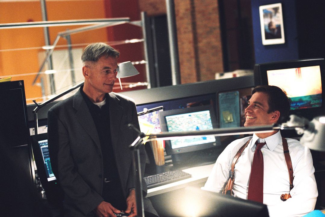 Durch einen Trick gelingt es Gibbs (Mark Harmon, l.) und Tony (Michael Weatherly, r.), einen Mord zu verhindern ... - Bildquelle: CBS Television
