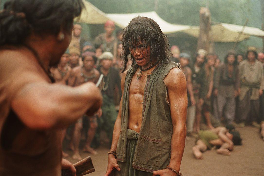 Im mittelalterlichen Thailand reift der adelige Waisenknabe Tien (Tony Jaa, r.) zu einem Räuberhauptmann heran und nimmt blutige Rache an den Mörder... - Bildquelle: Splendid Film