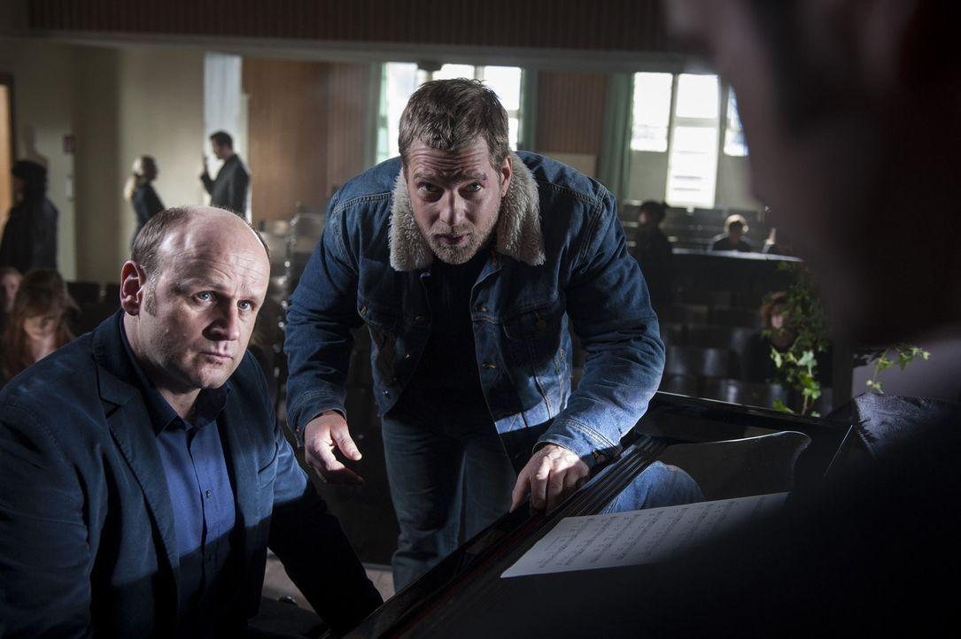 Die Ermittlungen im Mordfall Anja Cordt führen Mick (Henning Baum, M.) und Andreas (Maximilian Grill, r.) zu Michael Abraham (Oliver Stokowski, l.)... - Bildquelle: Martin Rottenkolber SAT.1