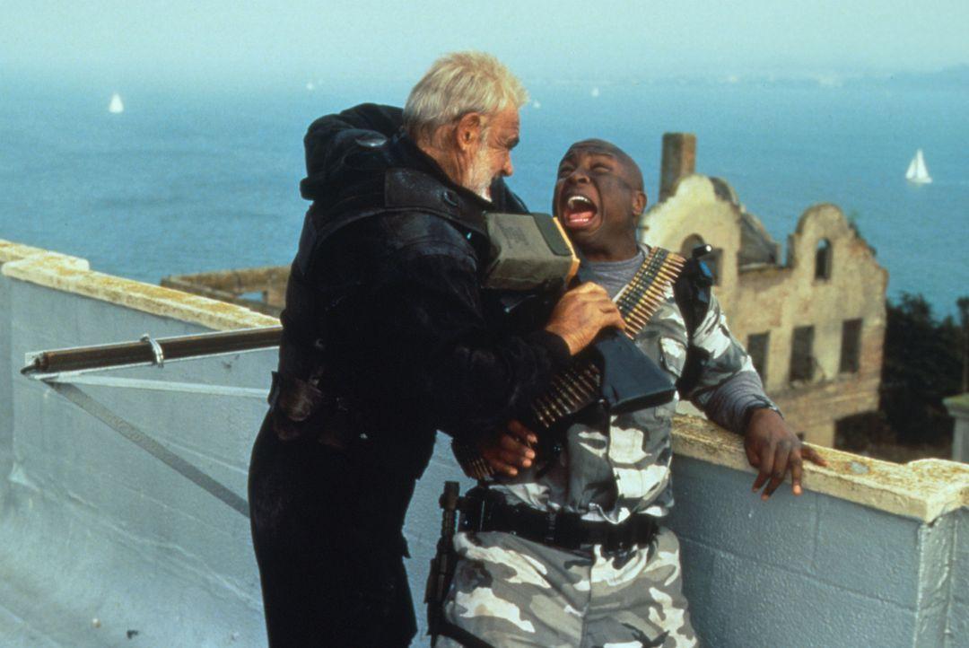 Kaum auf Alcatraz angekommen, muss sich John Mason (Sean Connery, l.) schon mit den ersten von Hummels Männern herumschlagen ... - Bildquelle: Hollywood Pictures