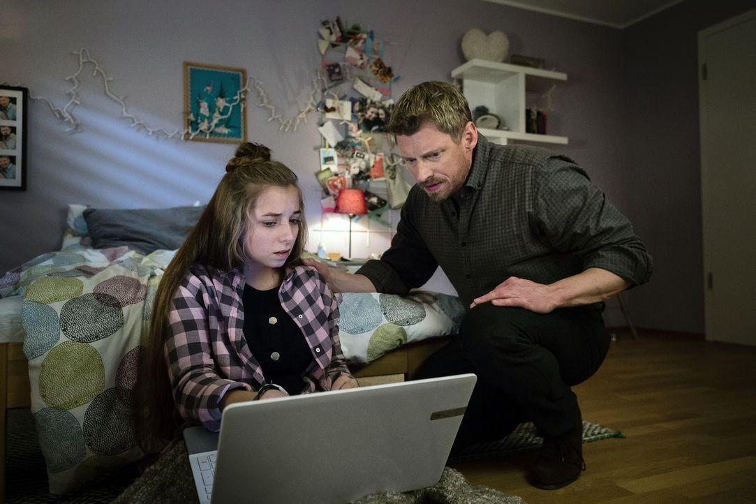 Noch glaubt Marcus (Martin Gruber, r.), dass er das Nacktbild seiner Tochter Lara (Aleen Kötter, l.) schnell aus dem Internet löschen kann. Ein fata... - Bildquelle: Arvid Uhlig SAT.1
