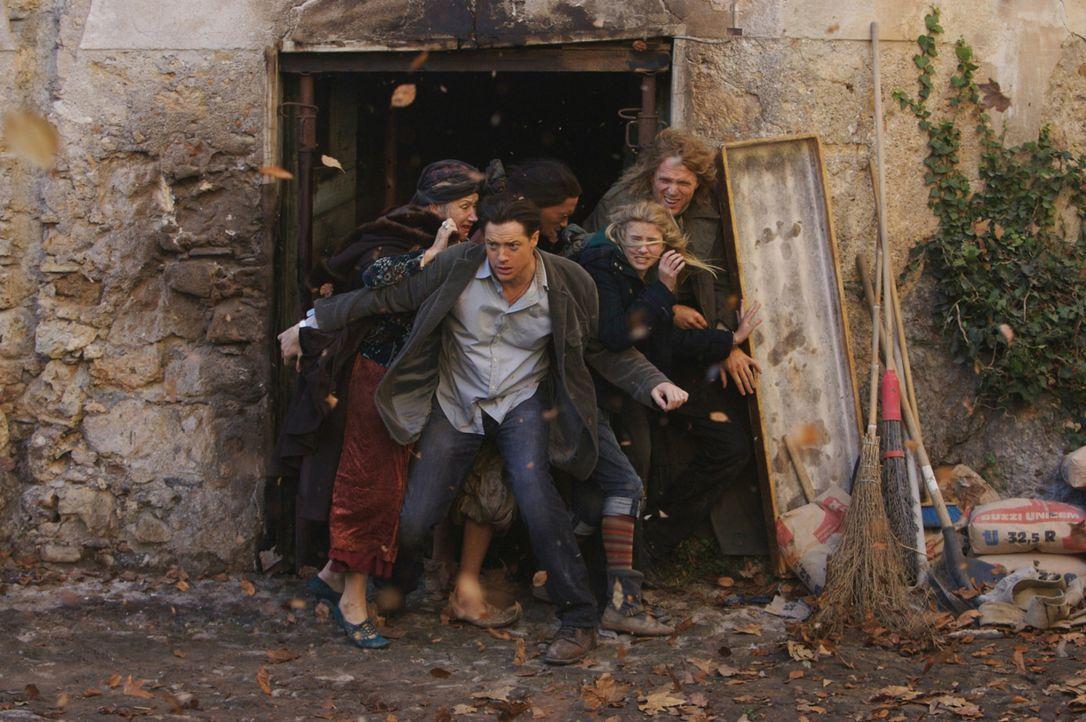 Mit Hilfe eines Wirbelsturmes können Elinor (Helen Mirren, l.), Mo (Brendan Fraser, 2.v.l.), Farid (Ravi Gavron, M.), Meggie (Eliza Bennett, 2.v.r.... - Bildquelle: Warner Brothers
