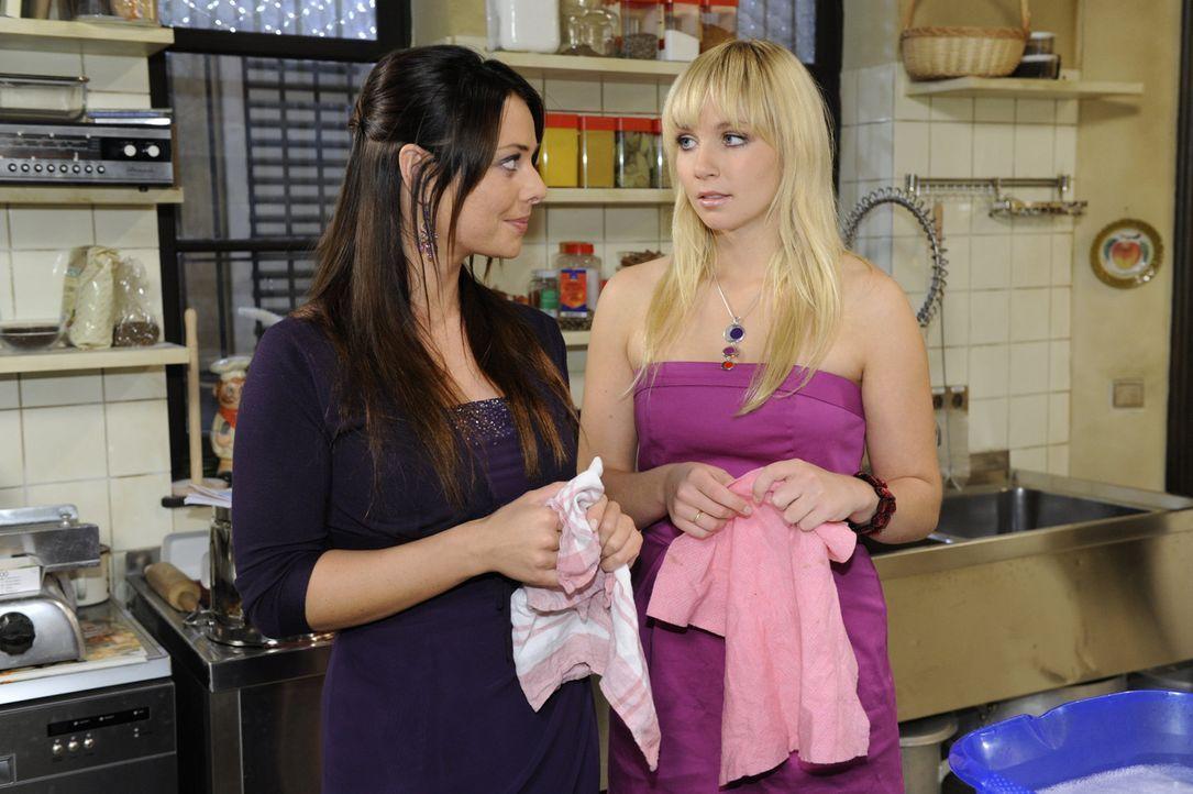Paloma (Maja Maneiro, l.) glaubt, dass sich Lily (Jil Funke, r.) in Jojo verliebt hat, doch hat sie damit wirklich Recht? - Bildquelle: SAT.1