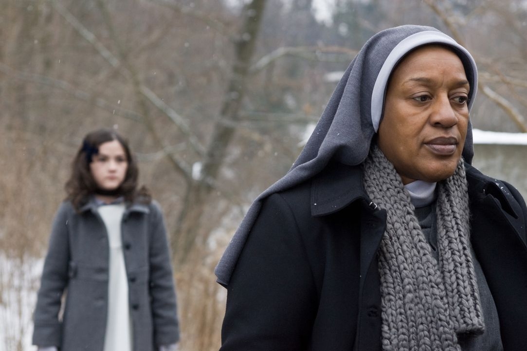 Als Schwester Abigail (C. C. H. Pounder, r.) den Colemans über Esthers (Isabelle Fuhrman, l.) unklare Vergangenheit und ihre Gabe, Unglücke anzuzieh... - Bildquelle: Kinowelt