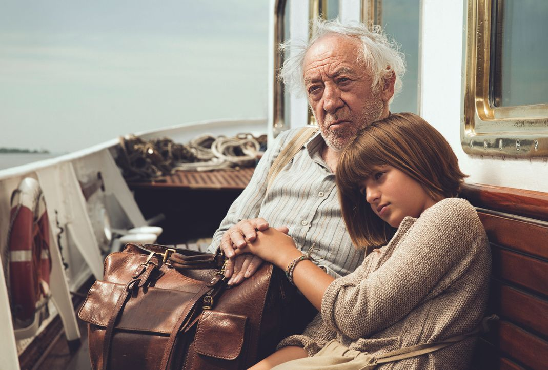 Der Roadtrip ihres Lebens: Tilda (Emma Schweiger, r.) entführt ihren an Alzheimer erkrankten Opa (Dieter Hallervorden, l.) auf eine Reise nach Vened... - Bildquelle: Gordon Timpen 2014 barefoot films GmbH, SevenPictures Film GmbH, Warner Bros. Entertainment GmbH. All rights reserved.
