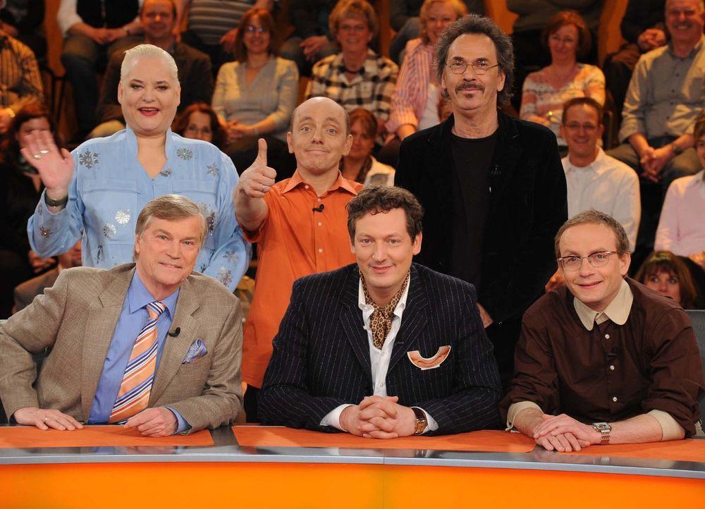"""""""Genial daneben - Die Comedy Arena"""" heute mit (v. hinten l. nach vorne r.) Hella von Sinnen, Bernhard Hoecker, Hugo egon Balder, Jochen Busse, Dr. E... - Bildquelle: Sat.1"""