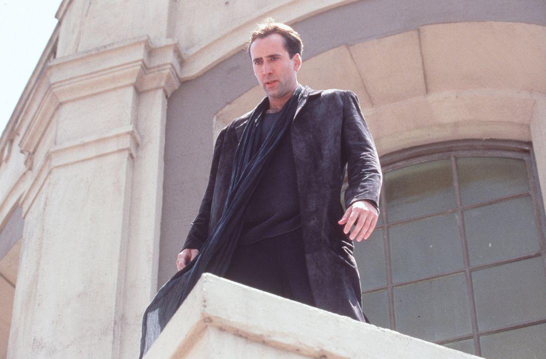 Der unsterbliche Engel Seth (Nicolas Cage) wacht als einer von mehreren Schutzengeln über der Stadt der Engel, Los Angeles. Eines Tages fällt ihm... - Bildquelle: Warner Bros.