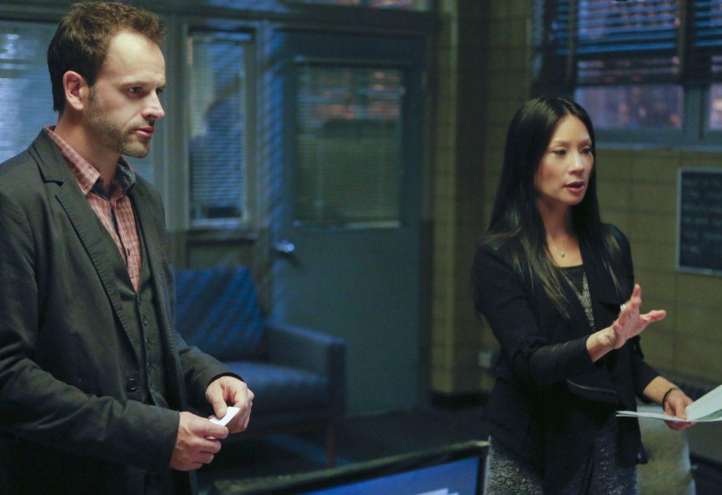 Trent Annunzio, Professor für Ostasienstudien, wurde mit zwei Schüssen in den Augen getötet. Sherlock Holmes (Jonny Lee Miller, l.) und Joan Wats... - Bildquelle: CBS Television