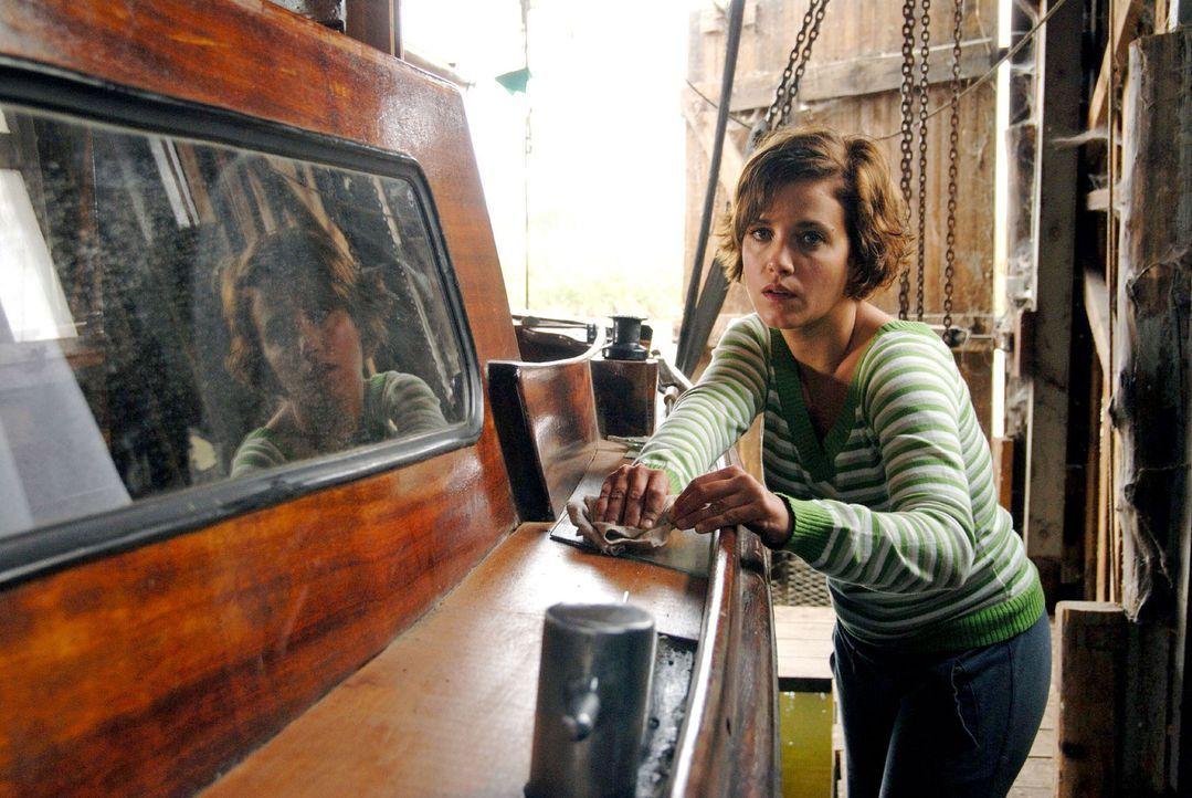 Susanne (Muriel Baumeister) blüht zusehends auf. Sie renoviert das Boot, mit dem sie und ihr Vater einst davonsegeln wollten. - Bildquelle: Hardy Spitz Sat.1
