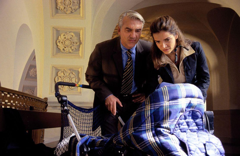 Überraschung! Sandra (Rebecca Immanuel, r.) und Felix (Christoph M. Ohrt, l.) finden einen Kinderwagen, darin ein Baby und einen Zettel: Der Kleine... - Bildquelle: Hardy Spitz Sat.1