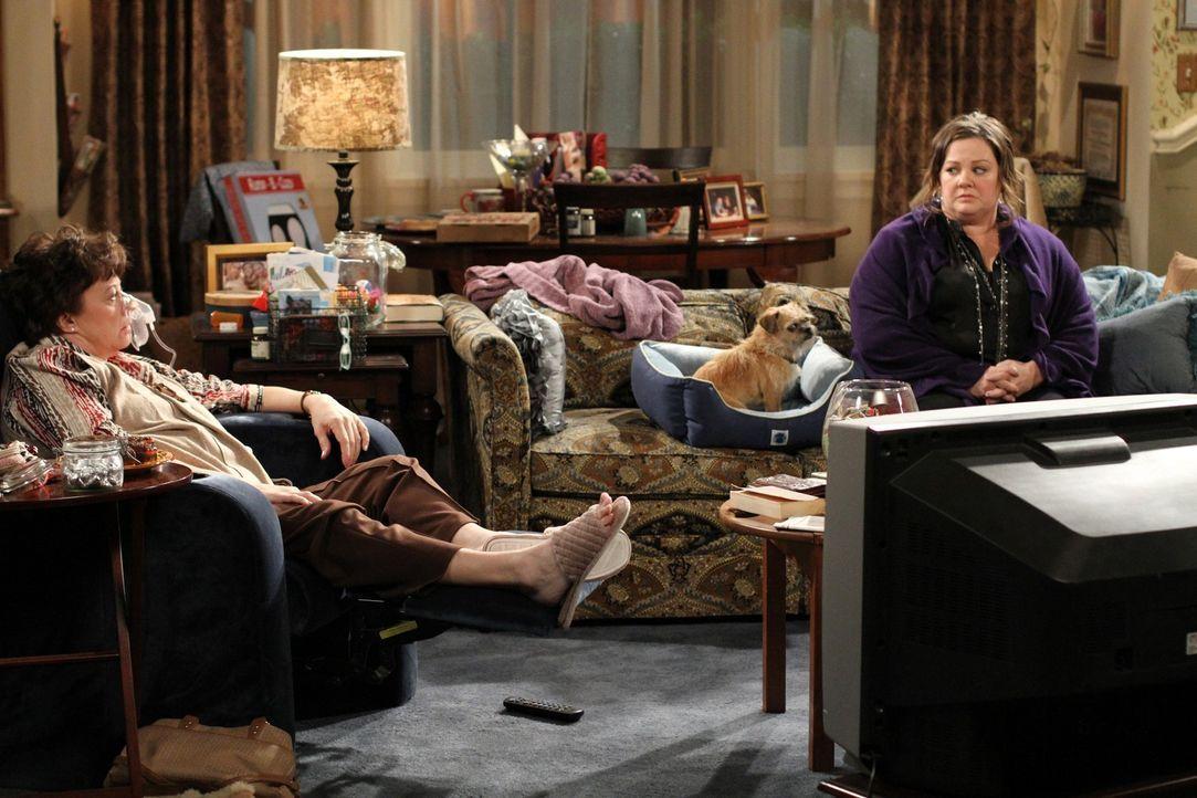Mikes Mutter Peggy (Rondi Reed, l.) macht es Molly (Melissa McCarthy, r.) nicht sehr leicht ... - Bildquelle: Warner Bros. Television