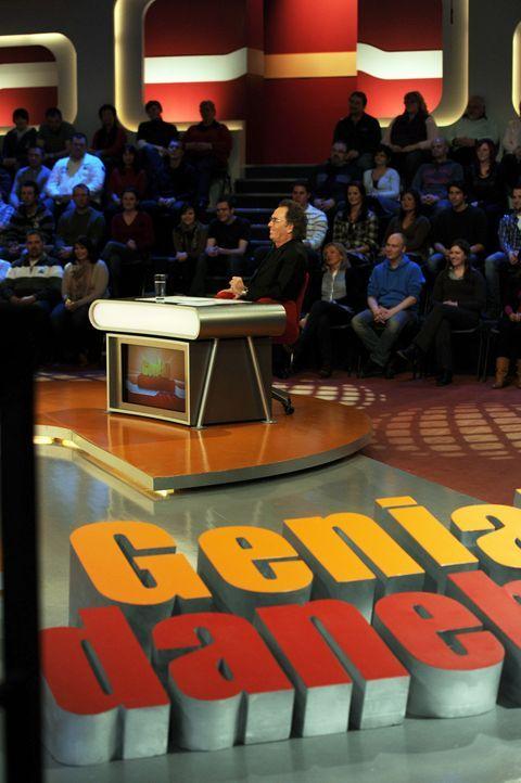 """Hugo Egon Balder moderiert die Comedy Show """"Genial daneben - Die Comedy Arena"""". - Bildquelle: SAT.1"""