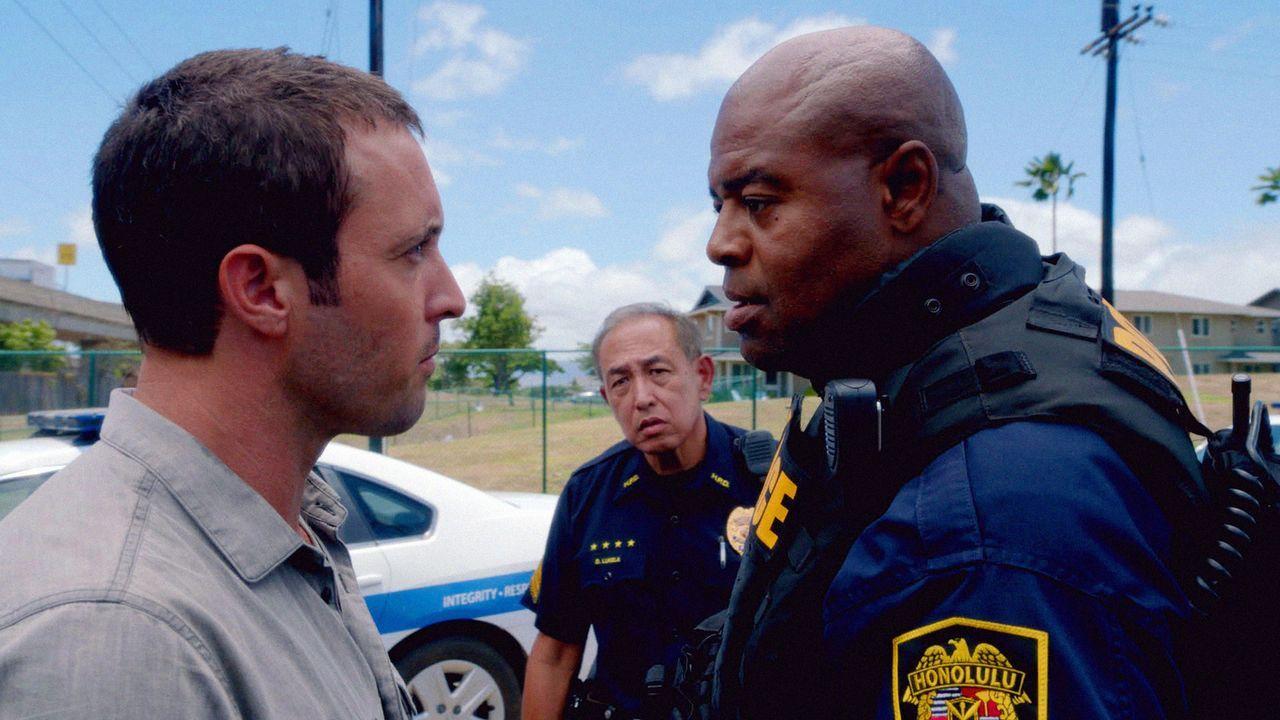 Bei der Aufklärung eines neuen Falles, bekommt Steve (Alex O'Loughlin, l.) Ärger mit dem neuen SWAT Commander Grover (Chi McBride, r.) ... - Bildquelle: 2013 CBS BROADCASTING INC. All Rights Reserved.