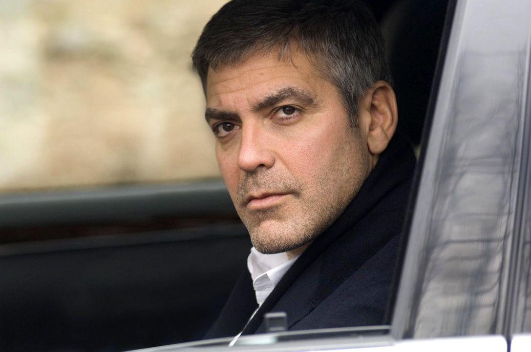 Hatte Arthur Recht und die Firma wusste über die möglicherweise tödliche Wirkung ihres Mittels Bescheid? Michael (George Clooney) muss auf eigene Fa... - Bildquelle: Constantin Film Verleih GmbH