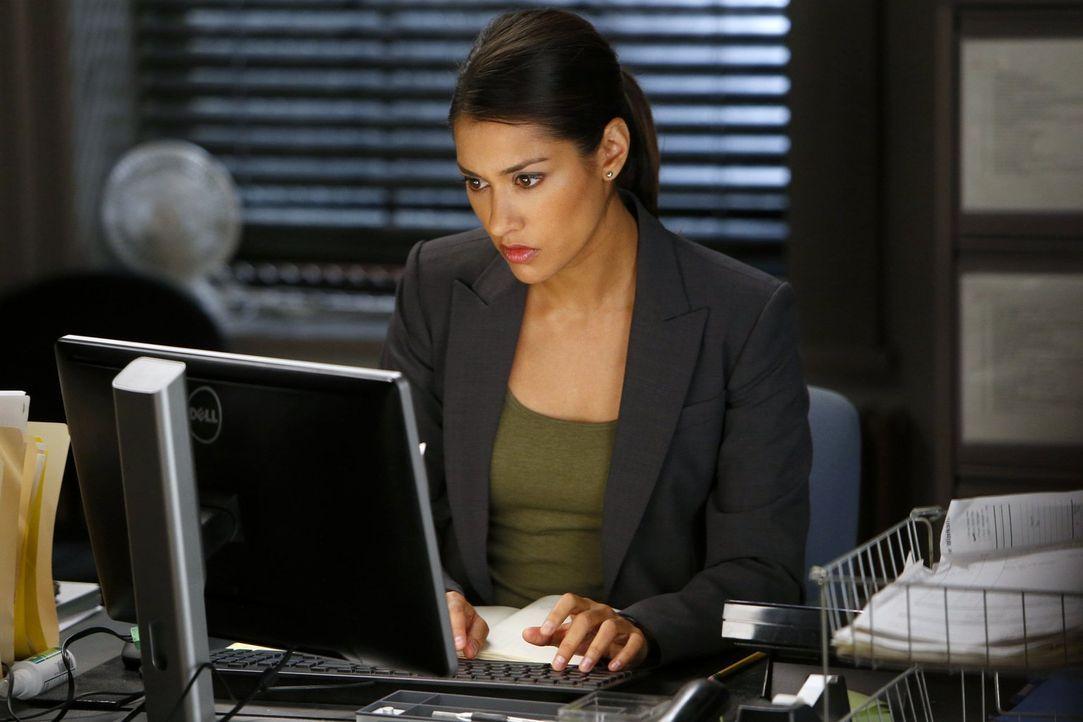 Hilft Laura vom Revier aus, einen neuen Mordfall zu lösen: Detective Meredith Bose (Janina Gavankar) ... - Bildquelle: Warner Bros. Entertainment, Inc.
