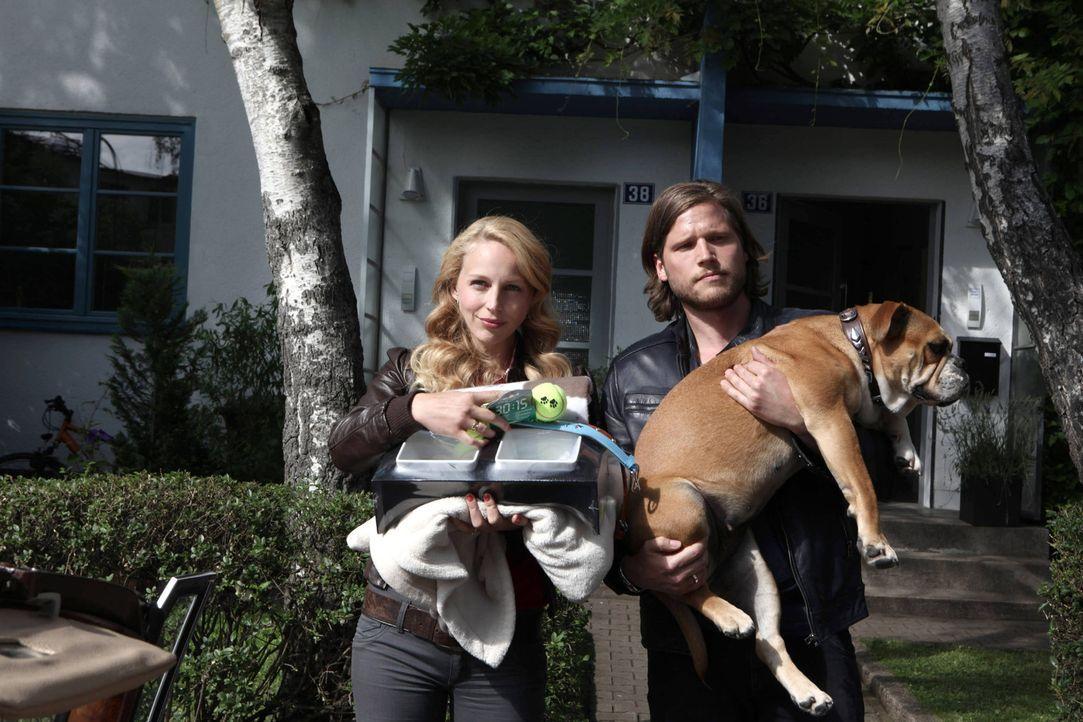 Mit Hilfe von Hundedame Lucky wollen Hanna (Petra Schmidt-Schaller, l.) und Jan (Sebastian Ströbel, r.) ihre Elternqualitäten testen. Kann das gut... - Bildquelle: Vanessa Fuentes SAT.1