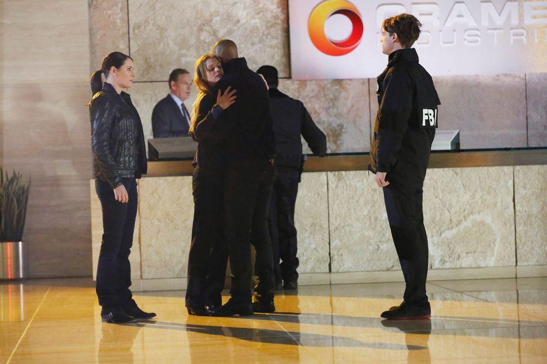 Das Team um Reid (Matthew Gray Gubler, r.), Derek (Shemar Moore, 2.v.r.) ist entsetzt, als JJ (A. J. Cook, 2.v.l.) entführt wurde. Um sie zu retten,... - Bildquelle: ABC Studios