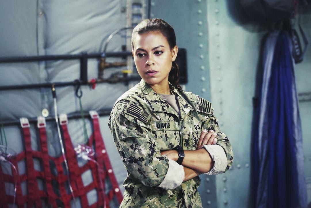 Nach der strategischen Planung ist Lisa Davis (Toni Trucks) mit an Bord des Flugzeugs Richtung Asien, um Geiseln im südchinesischen Meer zu befreien... - Bildquelle: Monty Brinton Monty Brinton/CBS   2017 CBS Broadcasting, Inc. All Rights Reserved.