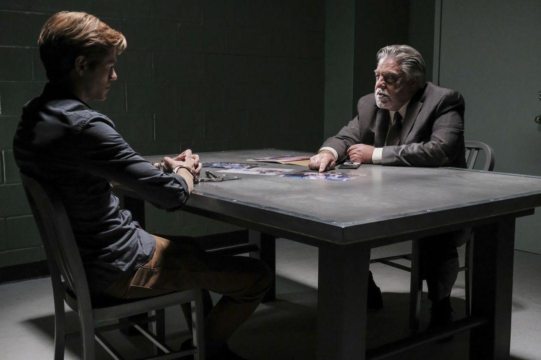 Im Verhör möchte Detective Greer (Bruce McGill, r.) seinen Verdacht, MacGyver (Lucas Till, l.) sei aufgrund seiner Vergangenheit gepaart mit seiner... - Bildquelle: Guy D'Alema Guy D'Alema/CBS   2017 CBS Broadcasting, Inc. All Rights Reserved.