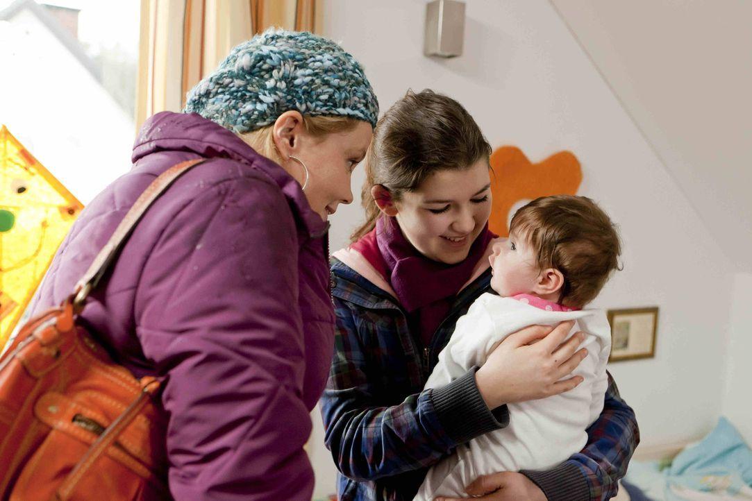 Stefanie Kemper (Emma Grimm, M.) wendet sich Hilfe suchend an Danni (Annette Frier, l.), denn man will ihr ihre kleine Tochter Lilly wegnehmen. Dann... - Bildquelle: SAT.1