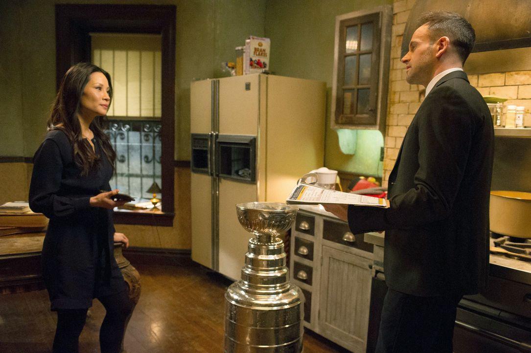 Nachdem ein Richter ermordet aufgefunden wird, machen sich Watson (Lucy Liu, l.) und Holmes (Jonny Lee Miller, r.) auf die Suche nach dem Verdächtig... - Bildquelle: CBS Television