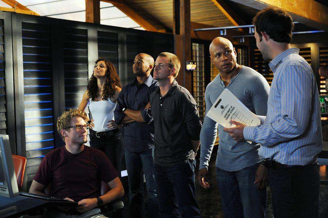 Ermitteln in einem Mordfall: Eric Beal (Barrett Foa, vorne), Special Agent Kensi Blye (Daniela Ruah, l.), Special Agent Dominic Vail (Adam Jamal Cra... - Bildquelle: CBS Studios Inc. All Rights Reserved.