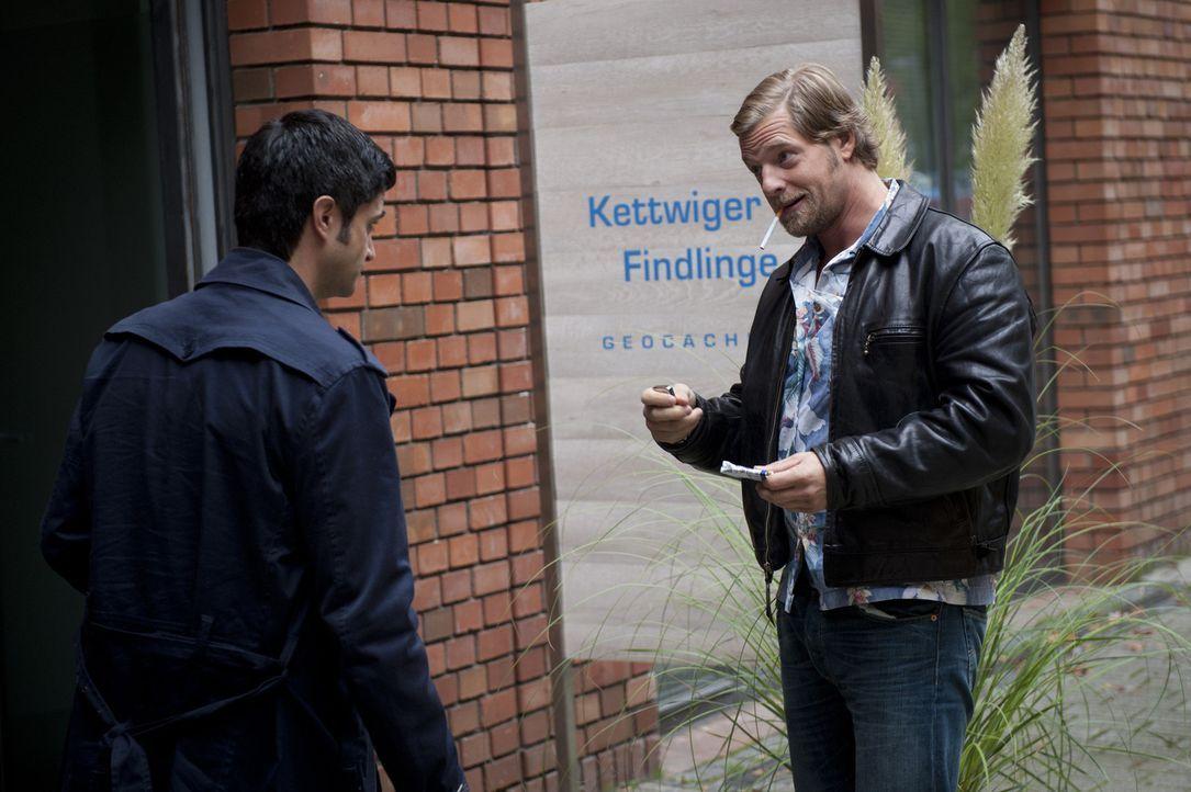 Ein Mordfall führt Mick (Henning Baum, r.) und Andreas (Maximilian Grill, l.) in die Welt der modernen Schatzsuche. Moritz Weber, der Gründer eine... - Bildquelle: SAT.1