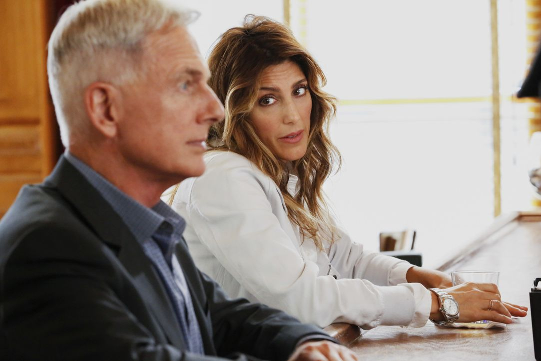 Als ein vermisster MI6-Offizier mit dem Mord an einem Bootsmann in Verbindung gebracht wird, werden Quinn (Jennifer Esposito, r.) und Bishop von Gib... - Bildquelle: Robert Voets 2016 CBS Broadcasting, Inc. All Rights Reserved