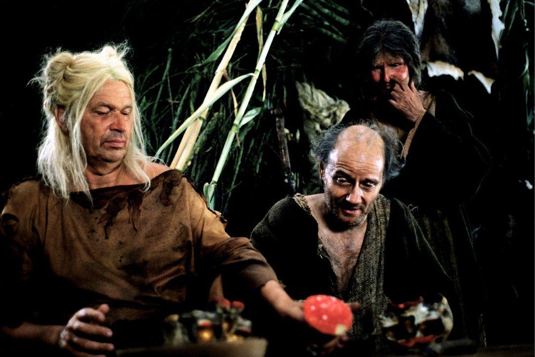 Bereiten sich auf den Krieg vor: Sigurd (Nikolaus Paryla, r.) und Germanikus (Gerhard Polt, l.) ... - Bildquelle: CONSTANTIN FILM