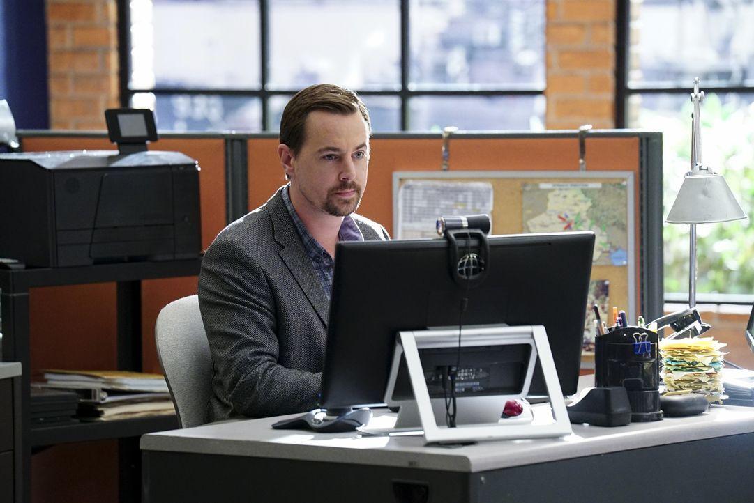 McGee (Sean Murray) versucht, auffällige Aktivitäten auf der Kreditkarte der Entführten und des Hauptverdächtigen zu verfolgen - wird er fündig? - Bildquelle: Monty Brinton 2017 CBS Broadcasting, Inc. All Rights Reserved.