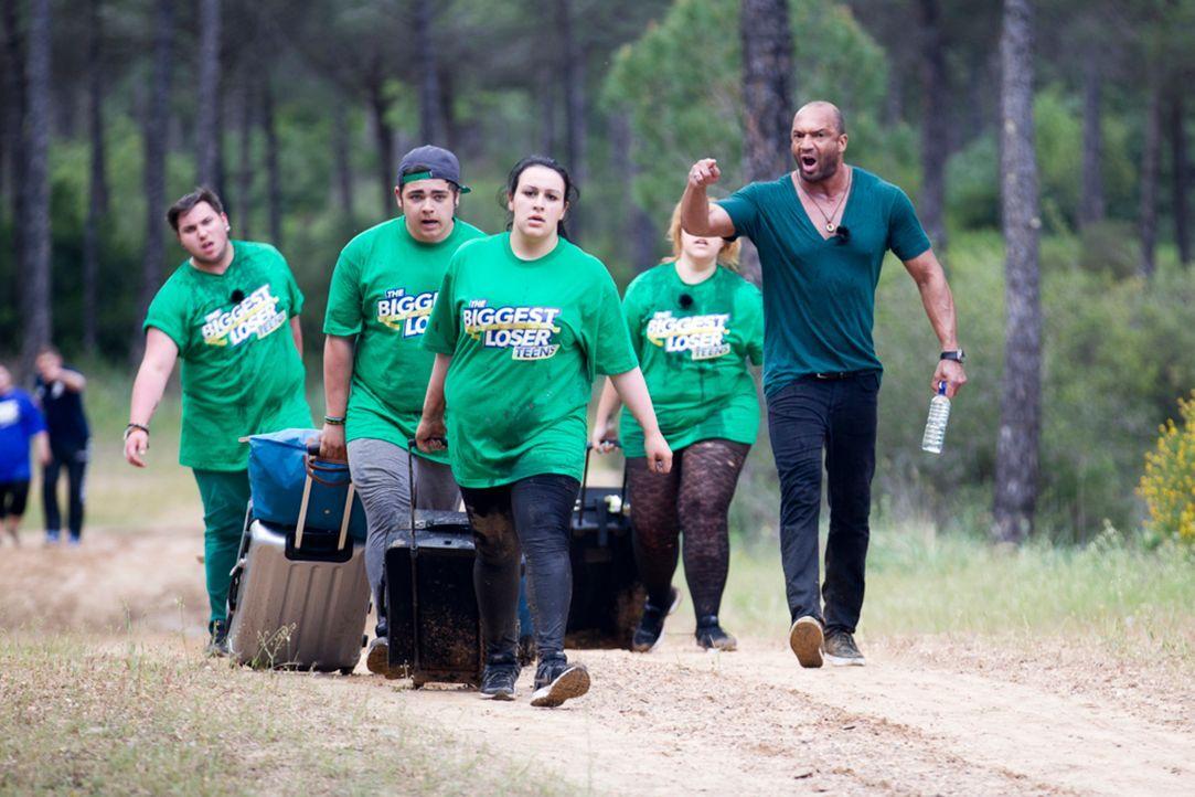 Gelingt es dem Team, (v.l.n.r.) Daniel, Stephano, Negin und Annaliesa, von Detlef D! Soost (r.) ihr schweres Gepäck als erste über einen 1-km-Parcou... - Bildquelle: Enrique Cano SAT.1