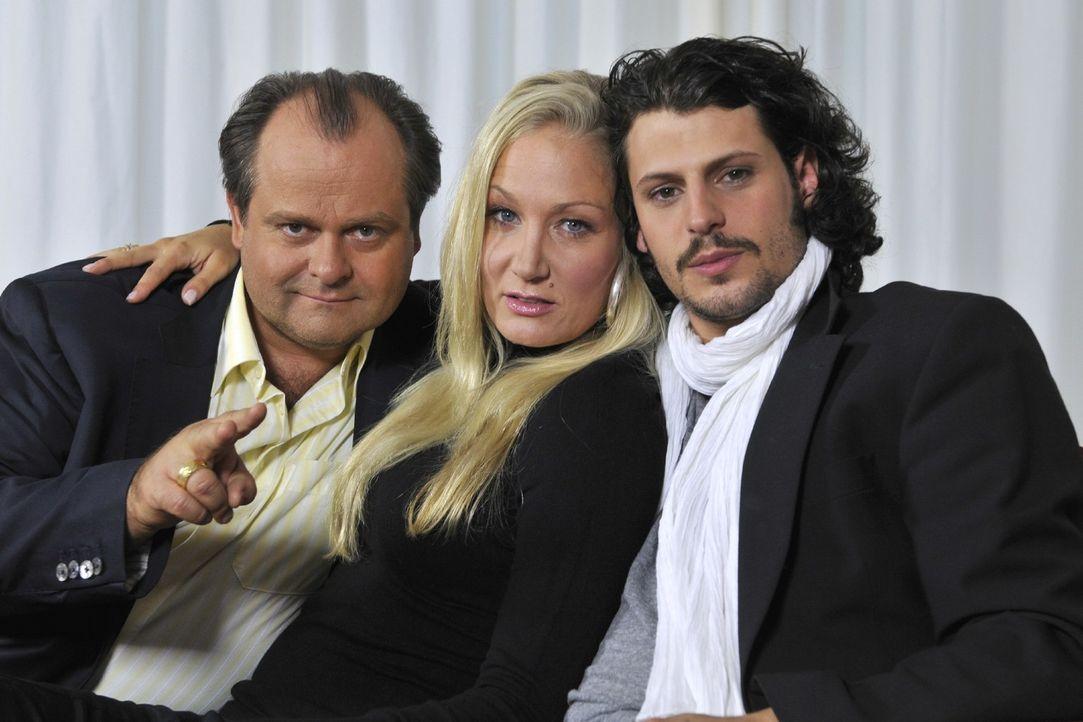 Markus Majowski (l.) und Janine Kunze (M.) bekommen mit Manuel Cortez (r.) einen neuen Mitbewohner in Deutschlands beliebtester Comedy-WG ... - Bildquelle: Max Kohr Sat.1