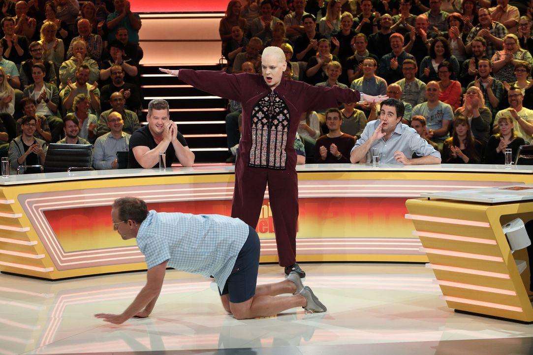 """Bei """"Genial daneben"""" geht's lustig zu: Wigald Boning (vorne), Hella von Sinnen (M.), Chris Tall (l.) und Bastian Pastewka (r.) ... - Bildquelle: Frank Hempel SAT.1"""