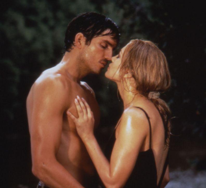 Aus den anfangs unbeholfenen Gesprächen scheint sich eine leidenschaftliche Affaire zu entwickeln. (Jennifer Lopez, l. und James Caviezel, r.) - Bildquelle: Warner Bros.