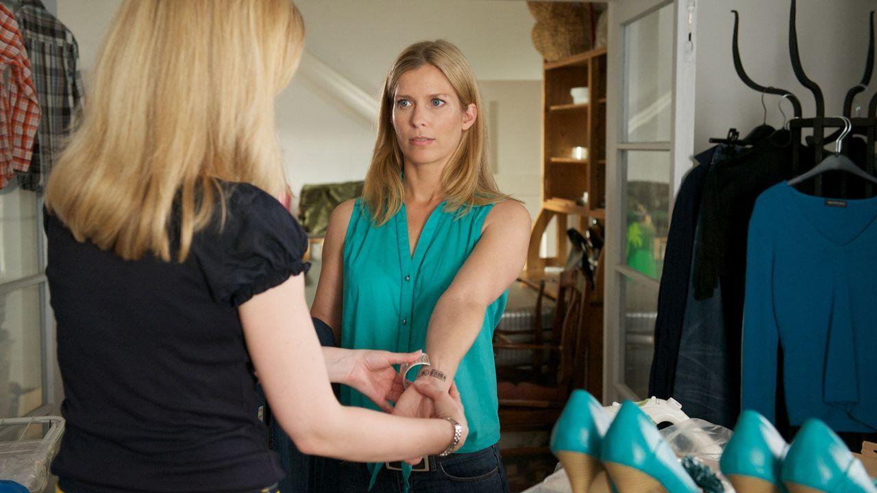Katrin (Valerie Niehaus, l.) weiß nicht mehr, wo ihr der Kopf steht: Für ihre vierköpfige Familie kocht, wäscht und bügelt sie, pflegt den Gart... - Bildquelle: Marc Meyerbroeker SAT.1