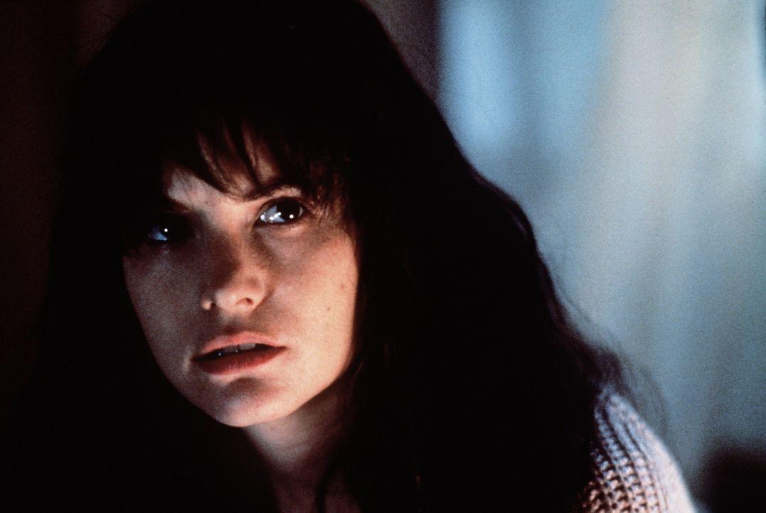 Die unscheinbare Hedra (Jennifer Jason Leigh) scheint sich ihrer hübschen Vermieterin seltsam anzugleichen. Nach und nach beginnt sie, deren Kleide... - Bildquelle: Columbia Pictures